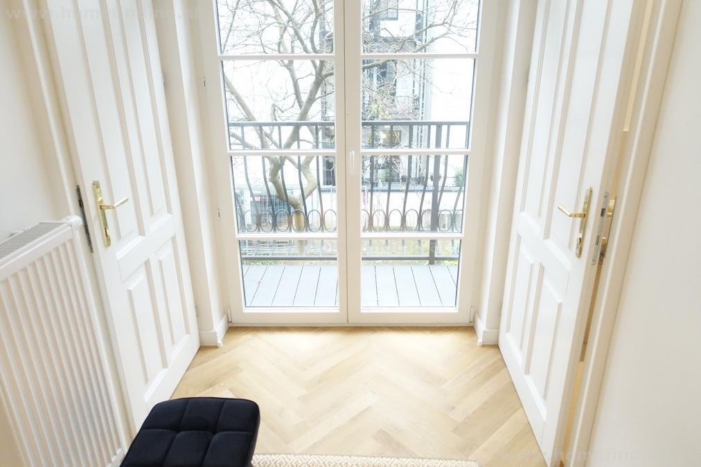 Erstbezug: sanierte Altbauwohnung mit Balkon - möbliert